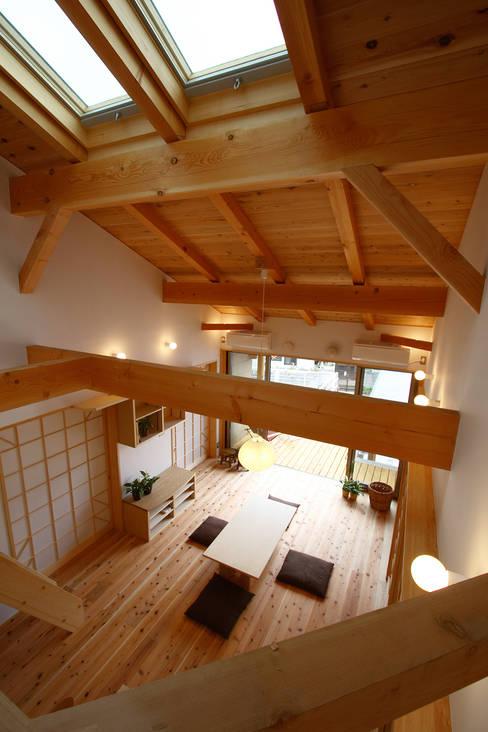 ロフトからリビングの見下ろし: 遠藤浩建築設計事務所 H,ENDOH  ARCHTECT  &  ASSOCIATESが手掛けたリビングです。