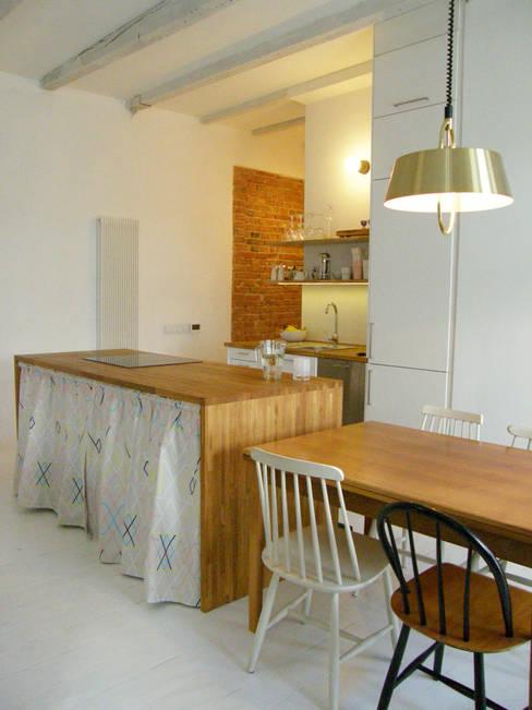 Mieszkanie w kamienicy: styl , w kategorii Kuchnia zaprojektowany przez Mint&Brisk