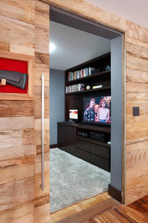 Apartamento Solteiro: Salas de estar  por Carolina Mendonça Projetos de Arquitetura e Interiores LTDA