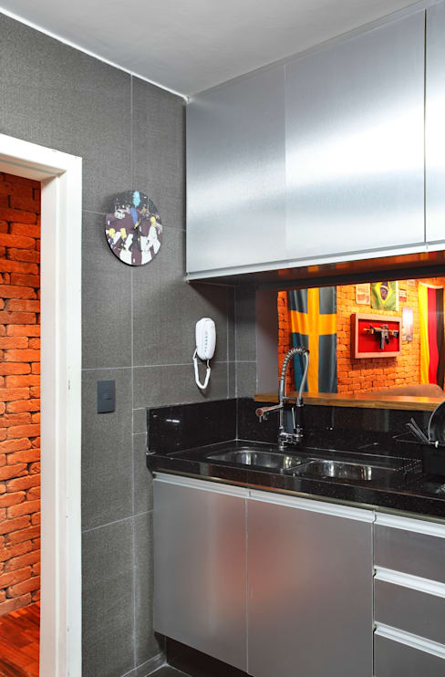 Apartamento Solteiro: Cozinhas  por Carolina Mendonça Projetos de Arquitetura e Interiores LTDA