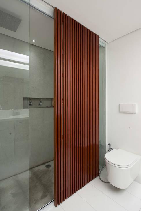 6: Banheiros  por Meireles Pavan arquitetura