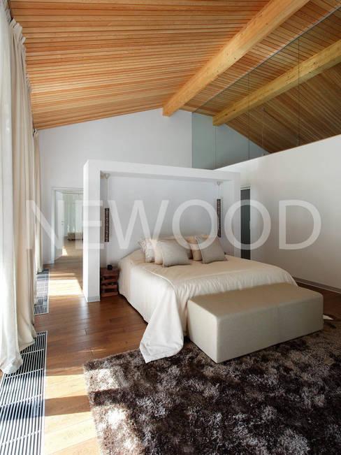 """Дом """"Woodlark"""" - комбинированные конструкции: Спальни в . Автор – NEWOOD - Современные деревянные дома"""