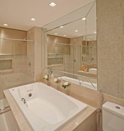 Baños de estilo  por Mariane e Marilda Baptista - Arquitetura & Interiores