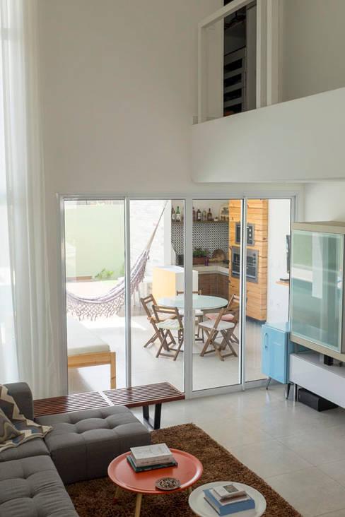 Salas / recibidores de estilo  por POCHE ARQUITETURA