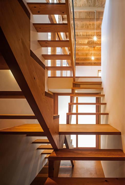 ムギカライエ: 緒方幸樹建築設計事務所が手掛けた廊下 & 玄関です。