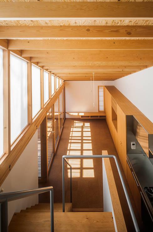 ムギカライエ: 緒方幸樹建築設計事務所が手掛けたリビングです。