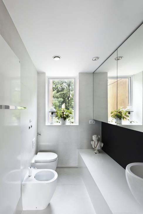 Ванные комнаты в . Автор – KLUJ ARCHITEKCI