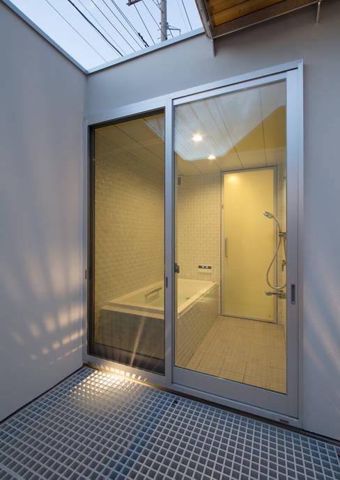 真間の家 陽光溢れる階上にリビングダイニングとルーフテラスがある住まい: アトリエ24一級建築士事務所が手掛けた浴室です。