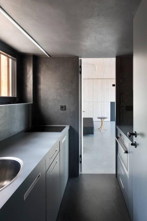Kitchen by FAM Architekti