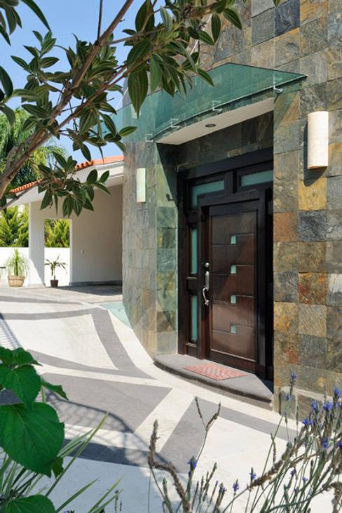 PUERTA DE INGRESO: Casas de estilo  por Excelencia en Diseño