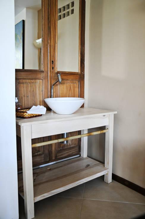 RESTAURANTE: Banheiros  por Renato Teles Arquitetura