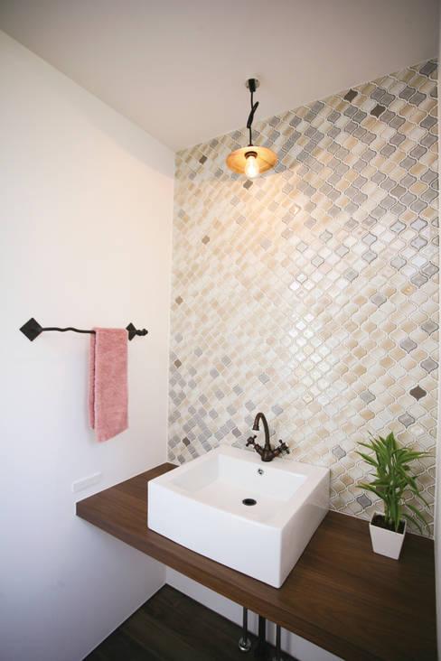 モザイクタイルの配列が美しい洗面室: スターディ・スタイル一級建築士事務所が手掛けた浴室です。