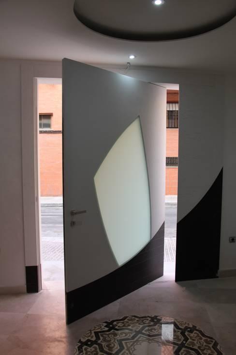 Puertas y ventanas de estilo  por Domporte