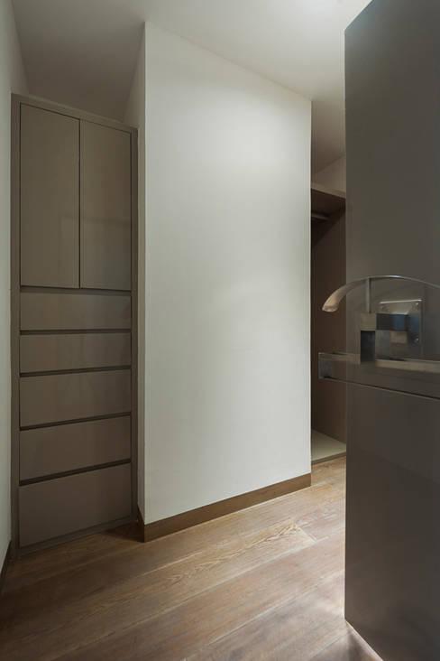 Projekty,  Garderoba zaprojektowane przez HO arquitectura de interiores