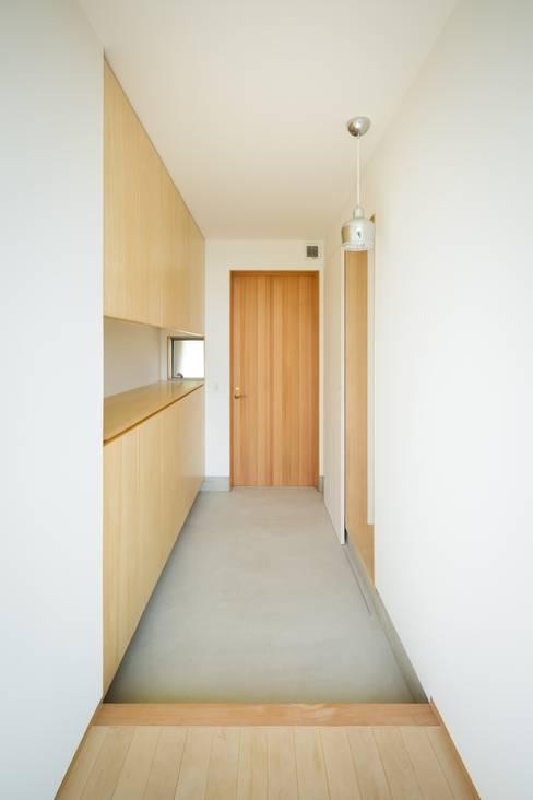大高の家/ House in Odaka: 市原忍建築設計事務所 / Shinobu Ichihara Architectsが手掛けた廊下 & 玄関です。