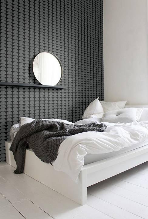 EMPAPELADOS, MANTELES, ALMOHADONES, ILUMINACION, MUEBLES & VAJILLA: Dormitorios de estilo  por Casa Feten