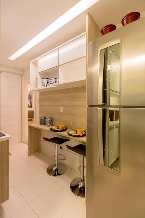 Cozinha compacta e funcional: Cozinhas  por Flávio Monteiro Arquitetos Associados