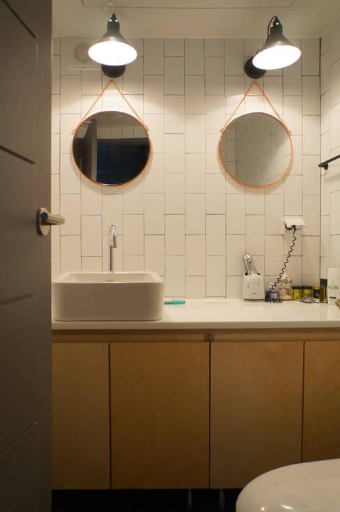 Bathroom by 마르멜로디자인컴퍼니