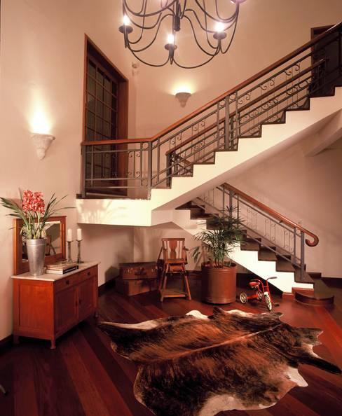 ระเบียงและโถงทางเดิน by IDALIA DAUDT Arquitetura e Design de Interiores