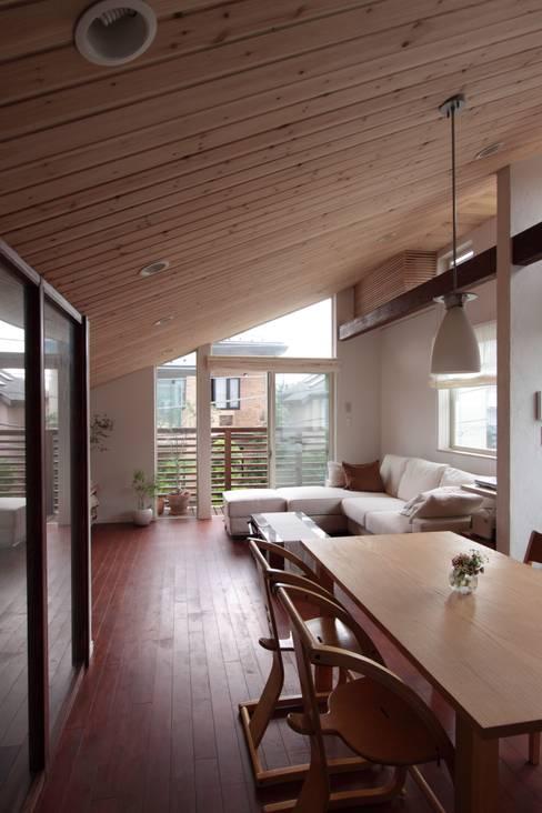 Salones de estilo  de アトリエグローカル一級建築士事務所