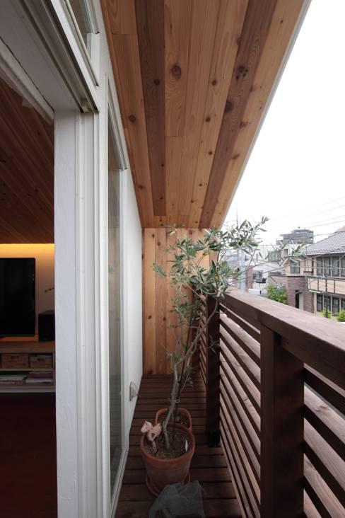 Terrazas de estilo  de アトリエグローカル一級建築士事務所