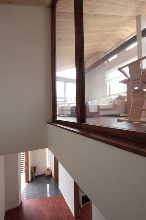 Pasillos y vestíbulos de estilo  de アトリエグローカル一級建築士事務所