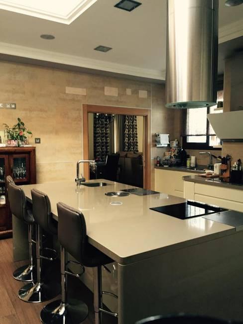 vivienda sevilla: Salones de estilo  de Architect Hugo Castro  - HC Estudio  Arquitectura y Decoración