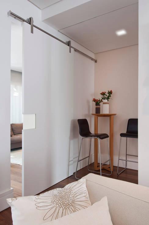 Ventanas de estilo  por Figoli-Ravecca Arquitetos Associados