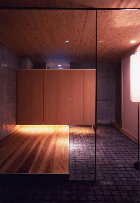 Pasillos y vestíbulos de estilo  por 髙岡建築研究室