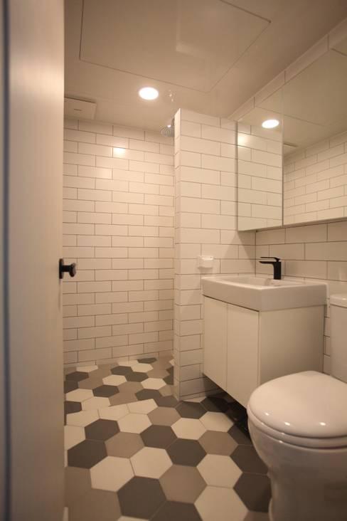 Bathroom by dall & style