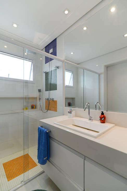 Projekty,  Łazienka zaprojektowane przez LAM Arquitetura   Interiores