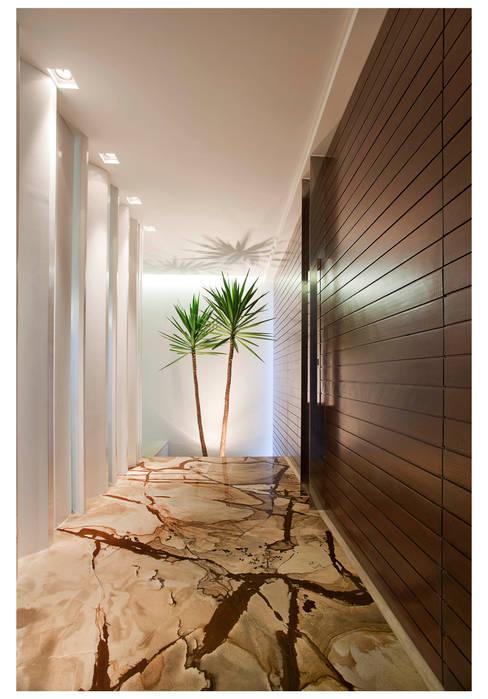 Corridor, hallway by ANDRÉ BRANDÃO + MÁRCIA VARIZO arquitetura e interiores