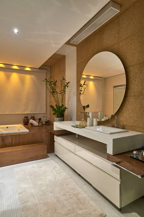 Residência AM: Banheiros  por Isabela Canaan Arquitetos e Associados