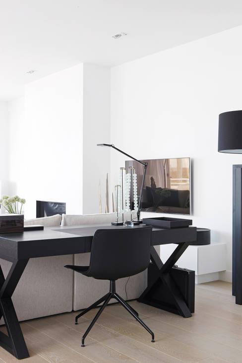 Appartement aan Zee:  Woonkamer door Grego Design Studio