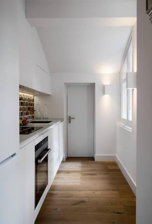 Kitchen by ÜberRaum Architects
