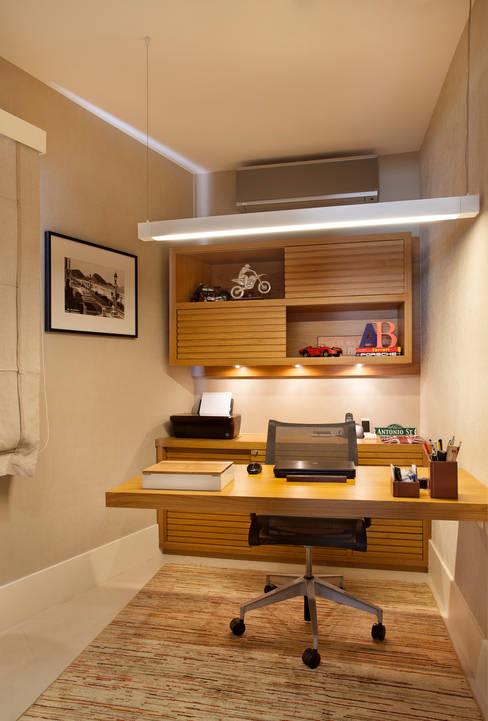 Casa Barra: Escritórios  por Paula Libanio Arquitetura Interiores