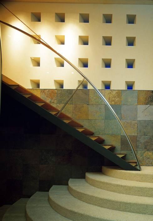 Pasillos y recibidores de estilo  por Mアーキテクツ|高級邸宅 豪邸 注文住宅 別荘建築 LUXURY HOUSES | M-architects
