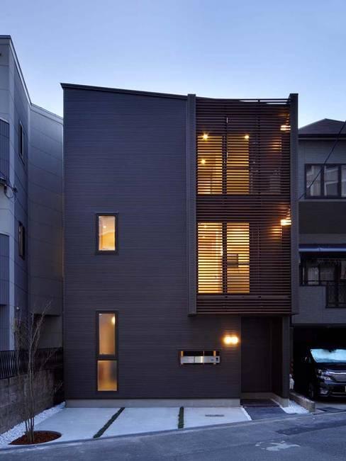 外観(正面/夕景): 6th studio / 一級建築士事務所 スタジオロクが手掛けた家です。