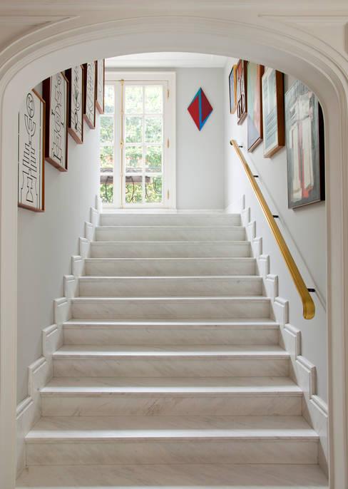 Pasillos y hall de entrada de estilo  por Allan Malouf Arquitetura e Interiores