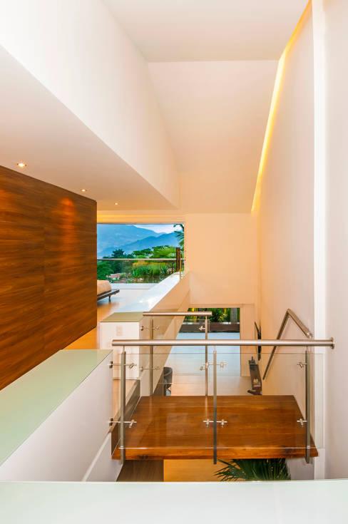 Pasillos y hall de entrada de estilo  por FR ARQUITECTURA S.A.S.