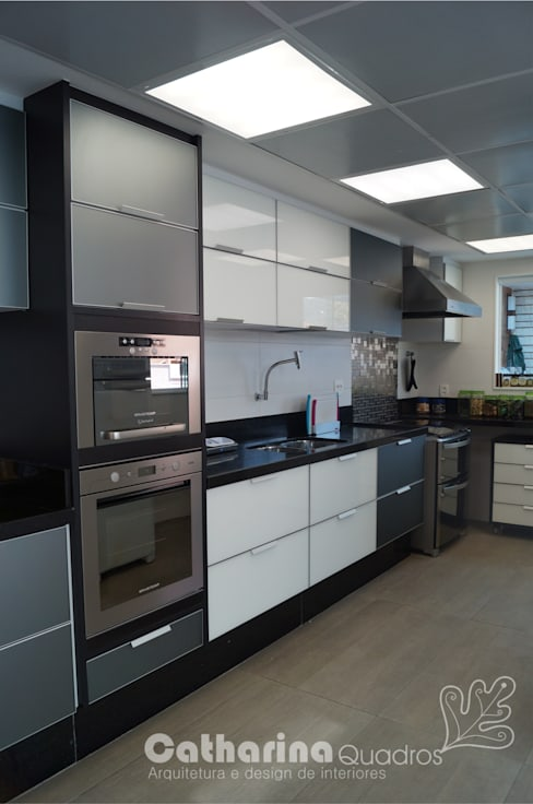 مطبخ تنفيذ Catharina Quadros Arquitetura e Interiores