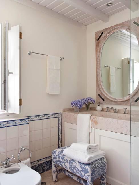 Bathroom by SA&V - SAARANHA&VASCONCELOS