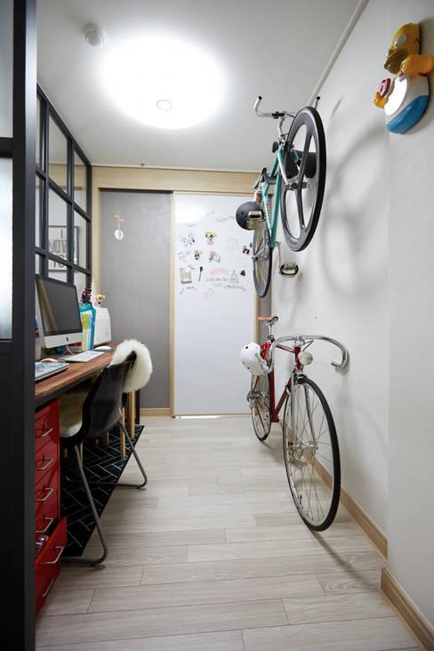 Couloir et hall d'entrée de style  par DESIGNSTUDIO LIM_디자인스튜디오 림