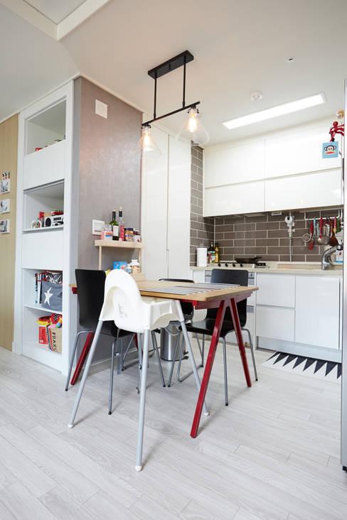 Salle à manger de style  par DESIGNSTUDIO LIM_디자인스튜디오 림