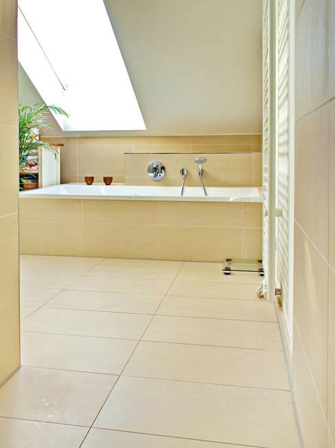 Bathroom by mAIA. Architektur+Immobilien