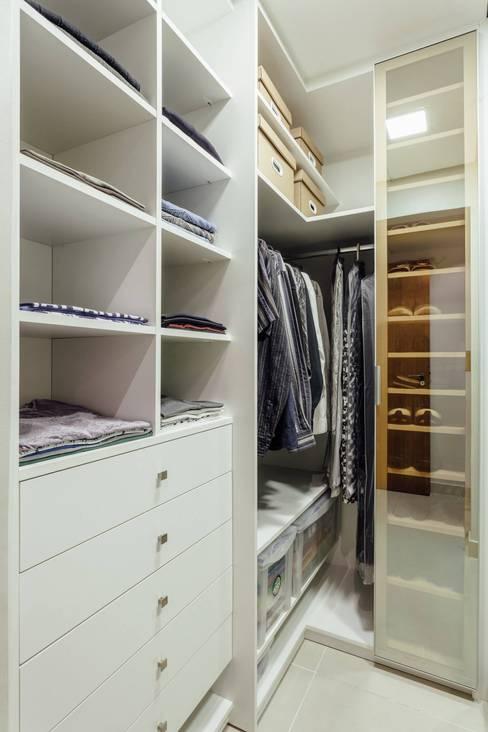 Vestidores y closets de estilo  por Ambientta Arquitetura