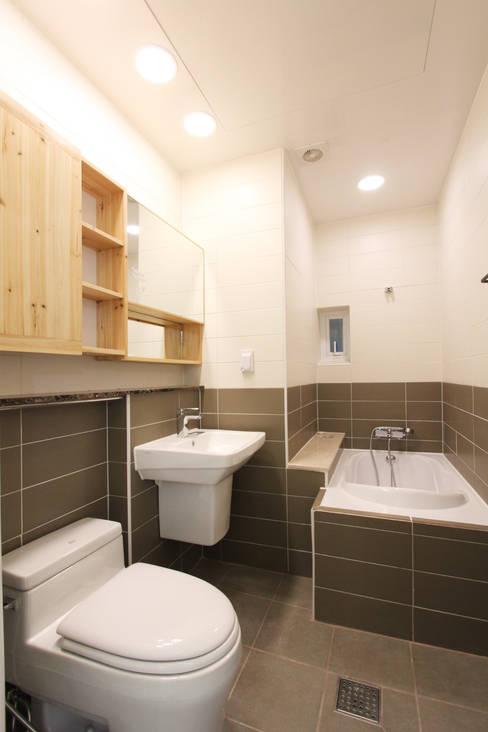 여좌동주택: 핸디디자인 의  욕실