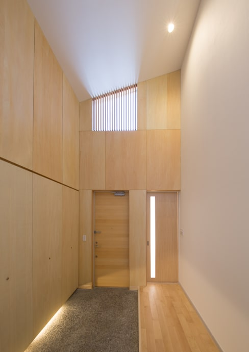 Projekty,  Korytarz, przedpokój zaprojektowane przez アトリエ24一級建築士事務所