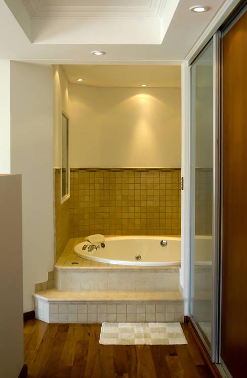 Banheiros  por Carbone Fernandez Arquitectos