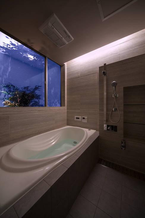 Y8-house「木と石の家」: Architect Show co.,Ltdが手掛けた浴室です。